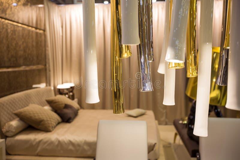 多明戈旅馆客房santo 双人床和家具在床屋子里 葡萄酒室内装璜设计  库存图片