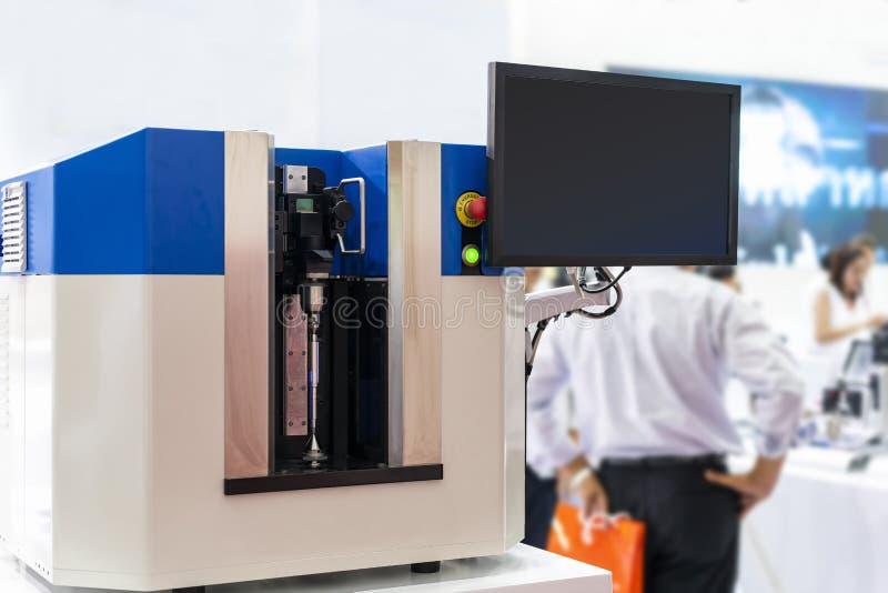 多检查维度形状弯曲的出现的轴等高技术和精确度自动测量机或 免版税库存照片