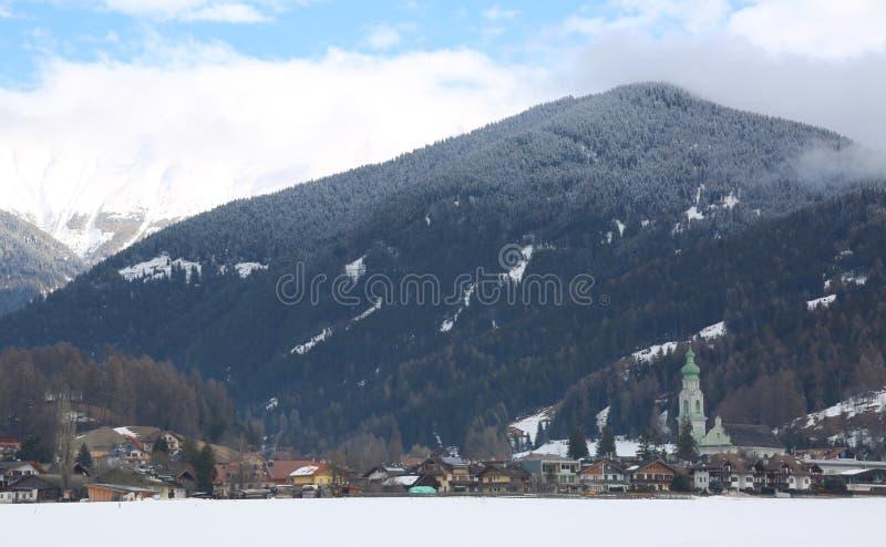 多比亚科镇在Nort也叫在意大利语Dobbiaco 免版税图库摄影