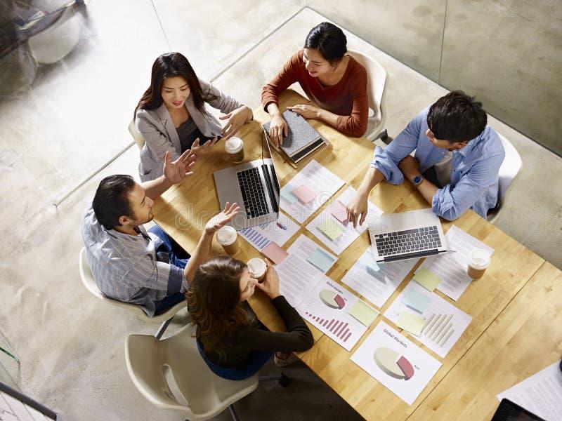 多民族企业队会议在办公室 免版税图库摄影