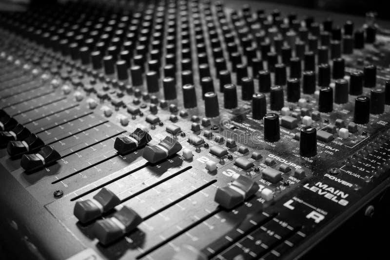 多海峡模式声音混合的控制台 免版税库存照片