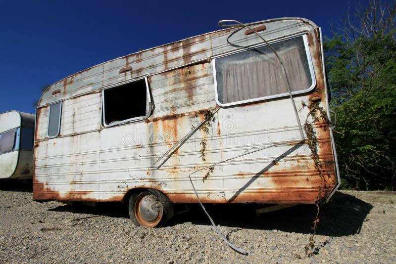多灰尘的被放弃的老有蓬卡车 免版税库存照片