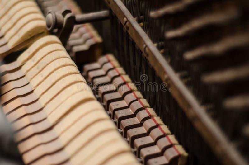多灰尘的钢琴机制 免版税图库摄影