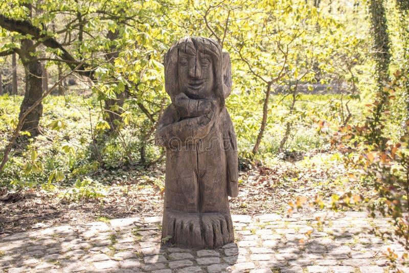 多特蒙德,德国鲁尔区,北部莱茵河西华里亚,德国- 2018年4月16日:在龙贝格公园的木sculputre Brà ¼的nninghausen 图库摄影