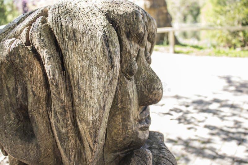 多特蒙德,德国鲁尔区,北部莱茵河西华里亚,德国- 2018年4月16日:在龙贝格公园的木sculputre Brà ¼的nninghausen 免版税库存图片