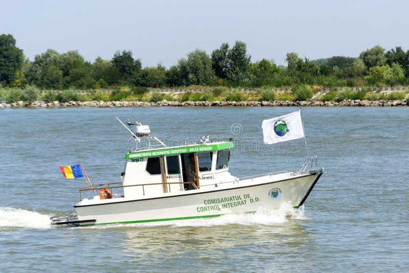 多瑙河三角洲生物圈储备在多瑙河的当局小船 免版税库存照片