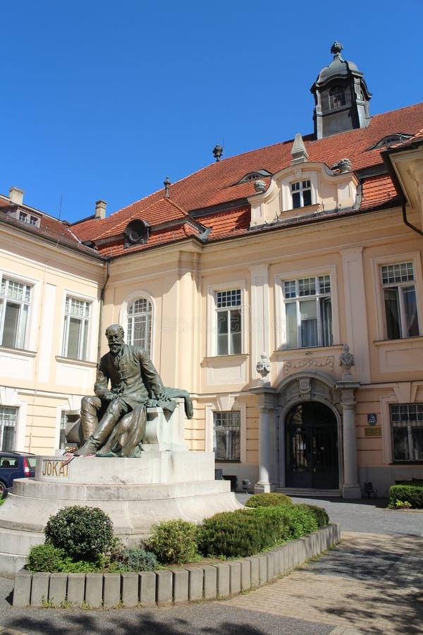 多瑙河博物馆有作家平均观测距离Jokai雕象的在Palatinova街道上的在Komarno 免版税库存图片