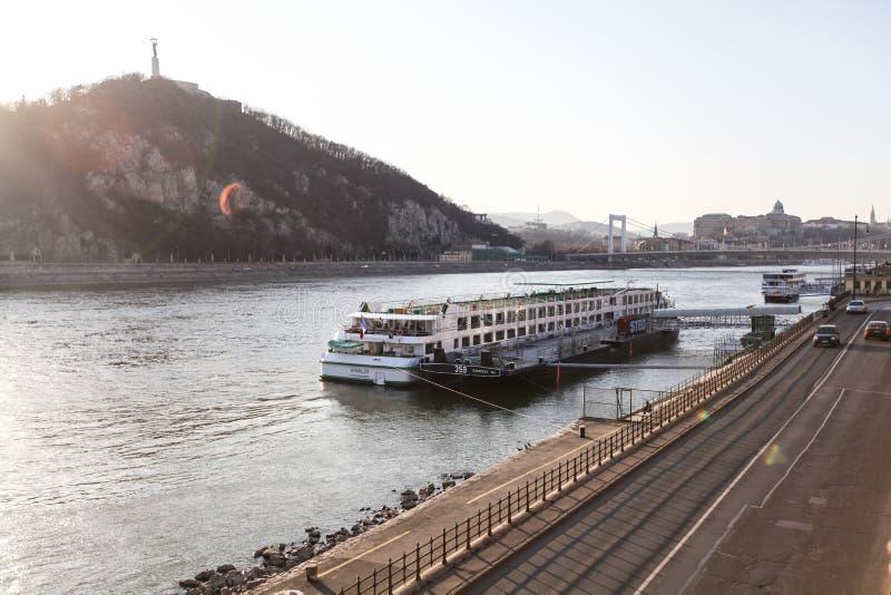 多瑙河堤防在布达佩斯 免版税图库摄影