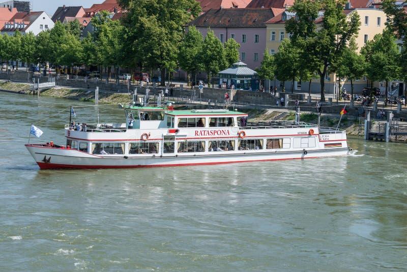 多瑙河游览在雷根斯堡乘船Rataspona,德国 免版税库存图片