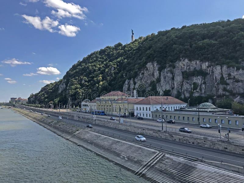 多瑙河的Buda银行有自由雕象的在布达佩斯,匈牙利 免版税库存照片