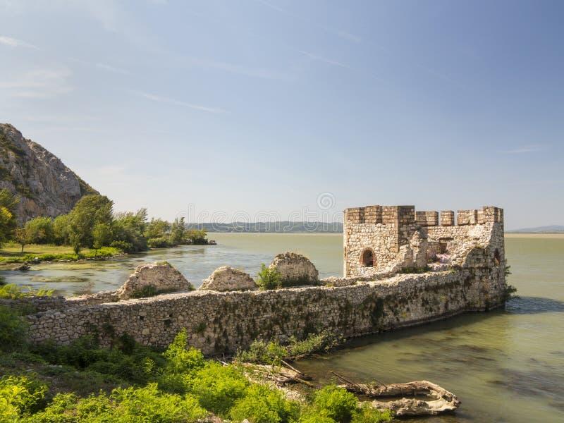 多瑙河的Golubac堡垒接近罗马尼亚语和塞尔维亚人b 免版税库存照片