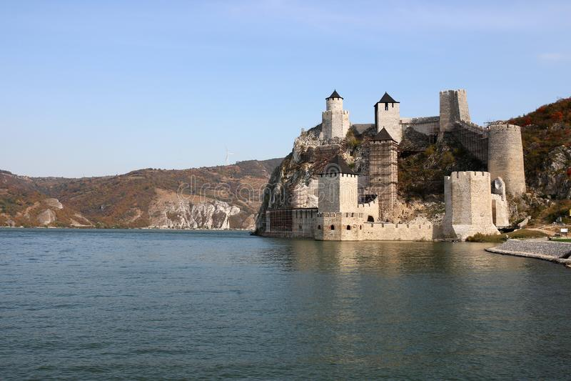 多瑙河秋天季节风景的Golubac堡垒 免版税库存照片