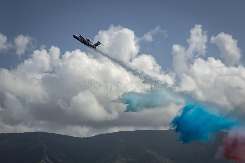 多用途两栖航空器Beriev是200ES下落浇灌在俄国旗子的颜色 库存照片