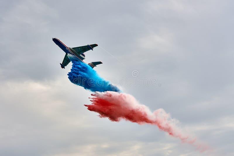多用途两栖航空器Beriev是200ES下落浇灌在俄国旗子的颜色 免版税库存照片