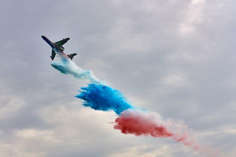 多用途两栖飞机别里耶夫是200ES投下在俄国三色旗子的颜色的水 图库摄影