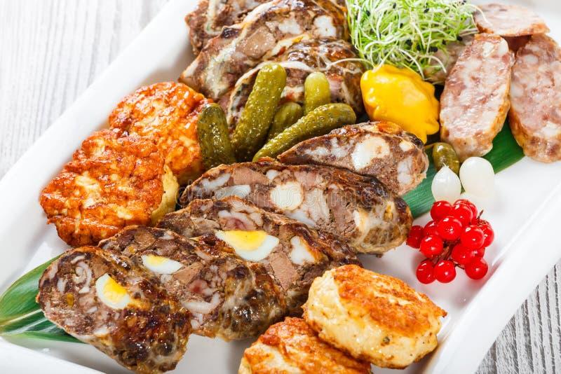水多的可口肉炸肉排和自创香肠与烂醉如泥的v 免版税库存照片