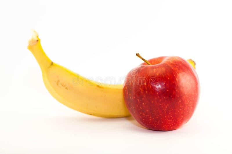 水多的成熟红色苹果香蕉 免版税库存照片