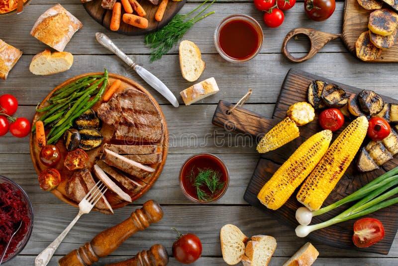 水多的牛排烤用不同的烤菜 图库摄影
