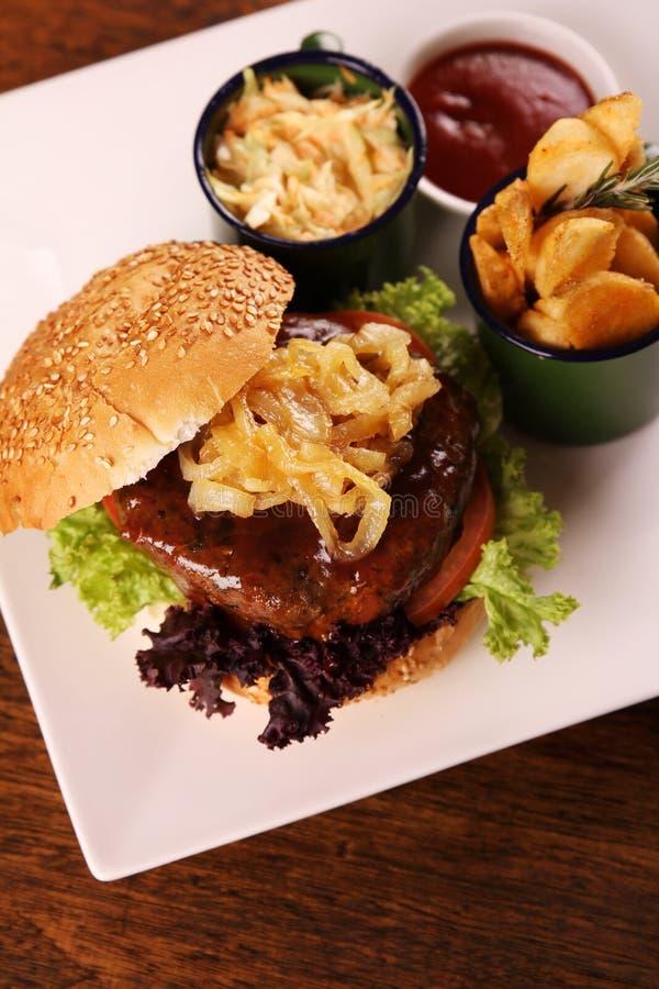 水多的牛肉汉堡 免版税库存图片