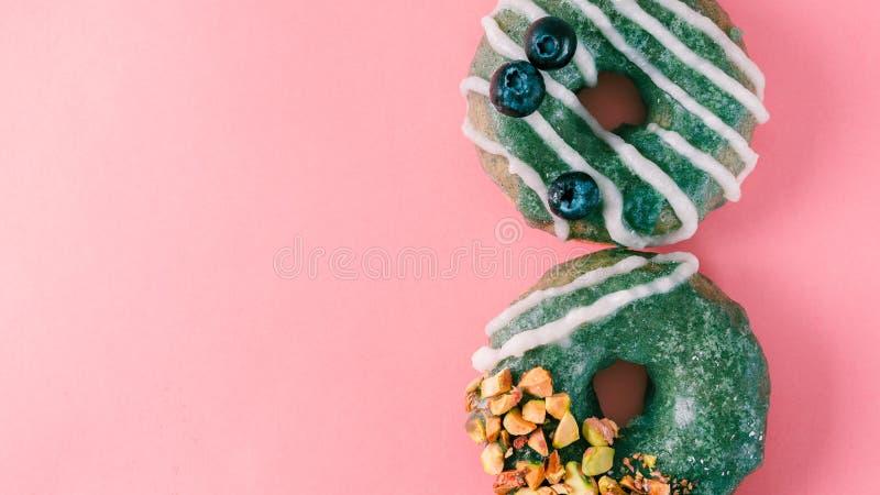 多福饼冠上了在桃红色的spirulina釉 免版税库存照片