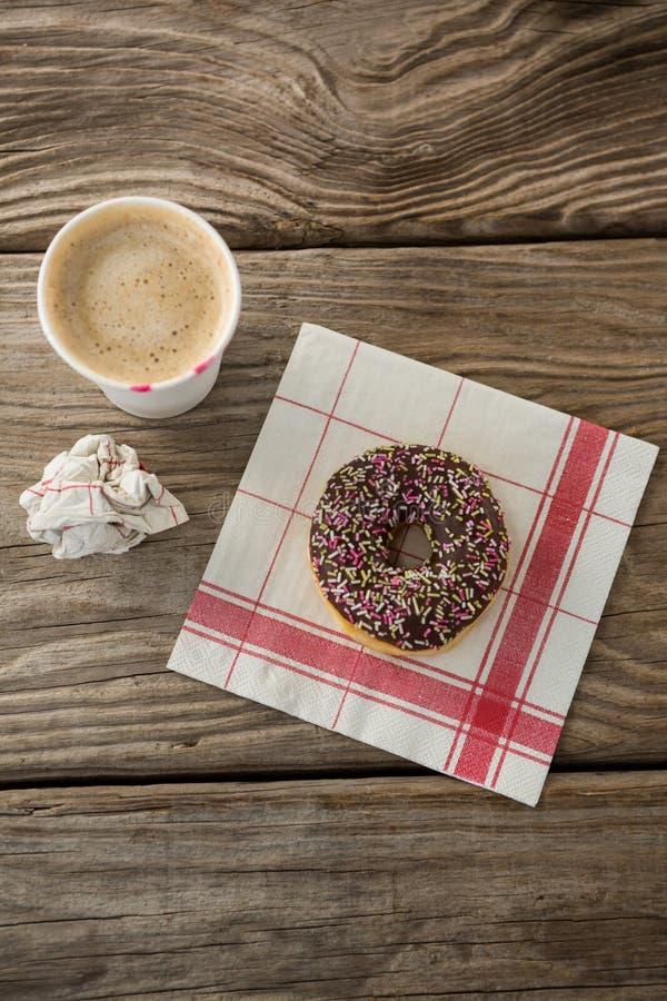 多福饼和咖啡在木板条 免版税库存照片