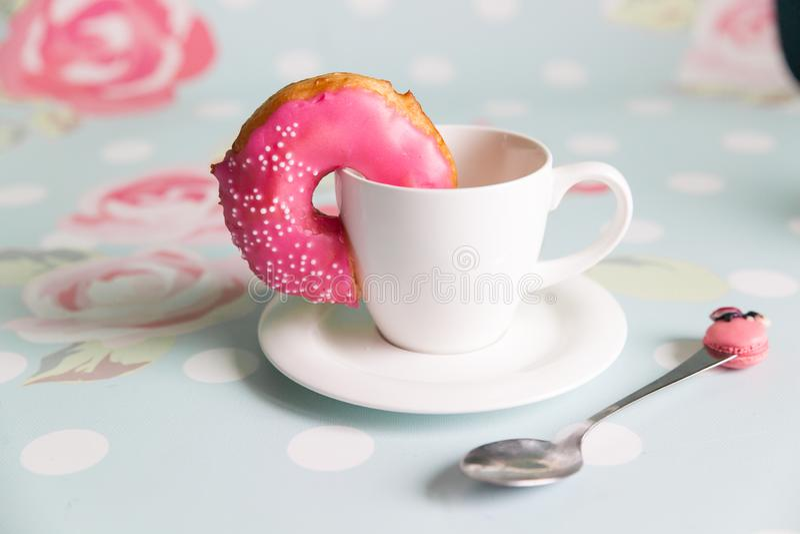 多福饼和咖啡在花卉背景 免版税库存照片