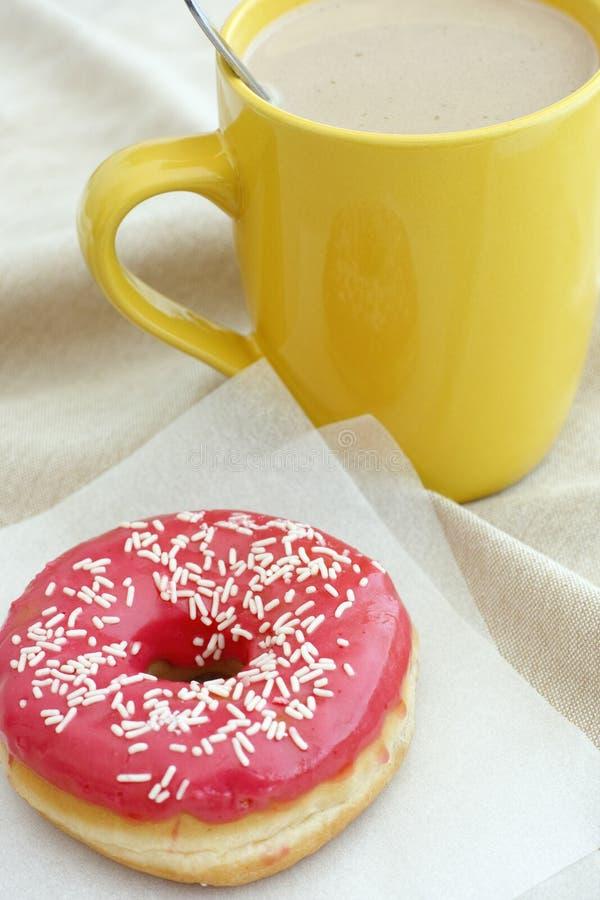 多福饼和咖啡杯 免版税库存图片