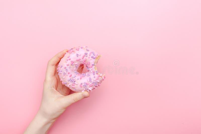 多福饼油炸圈饼结冰在多福饼桃红色明亮的糖子线洒 免版税库存照片