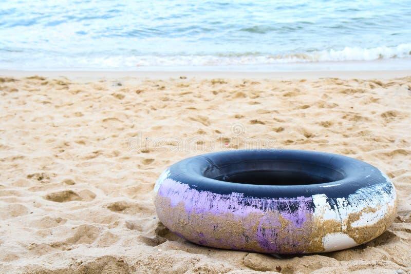 多福饼浮体对海泰国样式的浮游物救护设备 免版税图库摄影
