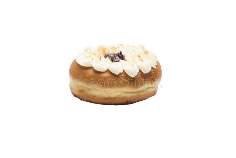 多福饼用甜冠上在白色背景的乳酪和果酱 免版税库存照片