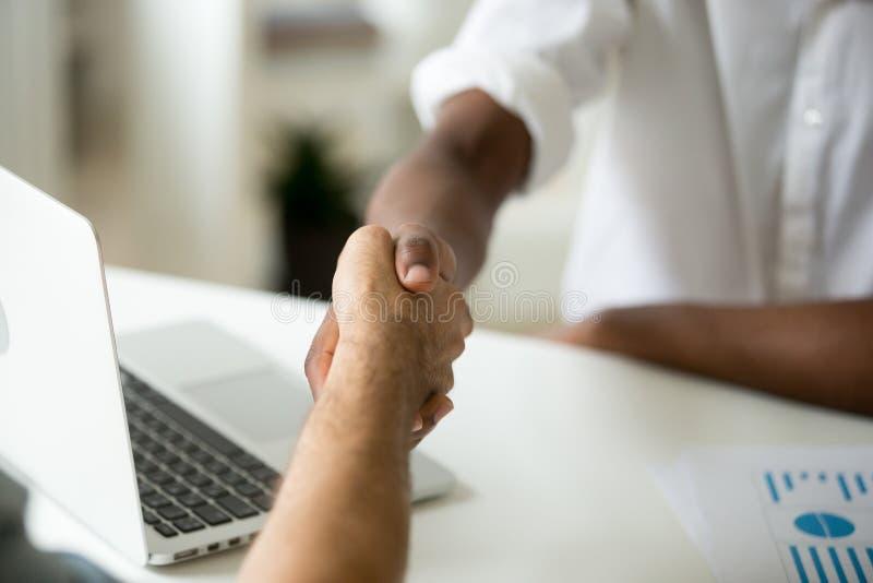 多种族企业握手概念,非洲和白种人pa 免版税库存图片