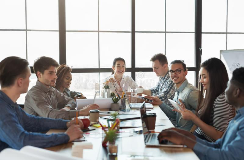 多种族公司队会议在顶楼办公室 库存图片