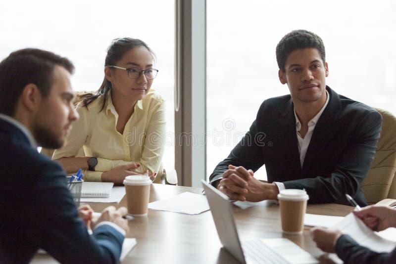 多种族商人在会议上在会议室negoti 免版税库存照片