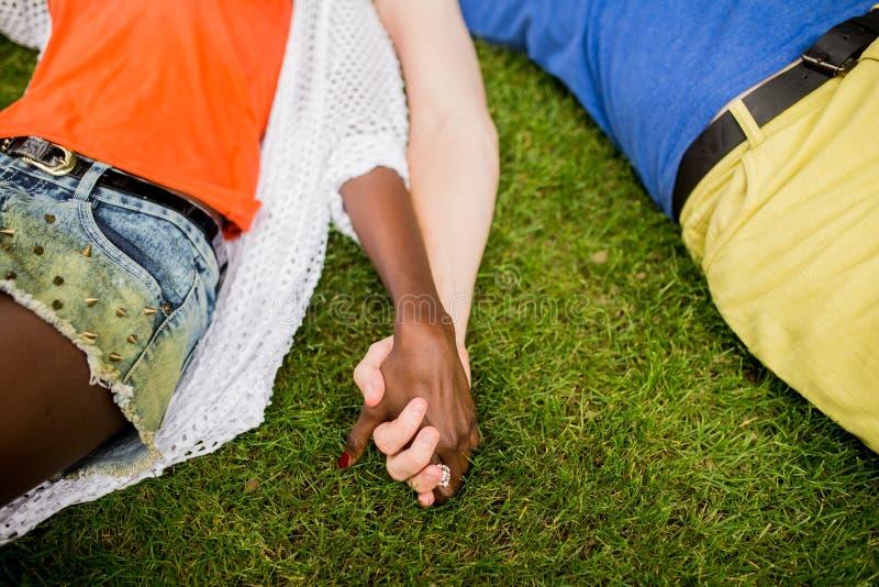 多种族夫妇在公园 库存图片