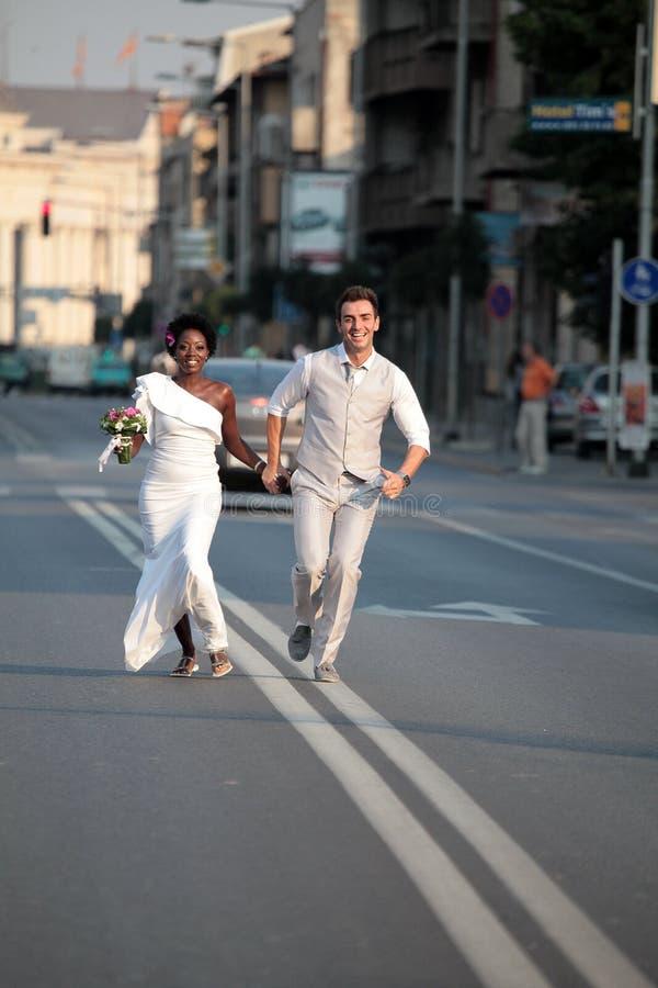 多种族婚礼夫妇 库存图片