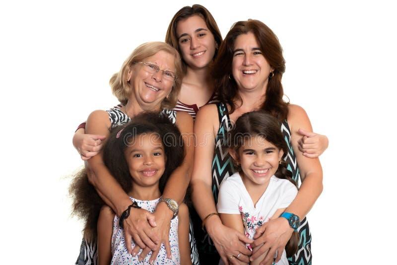 多种族家庭拥抱,祖母、妈妈和她的三个混合的族种女儿 免版税库存照片