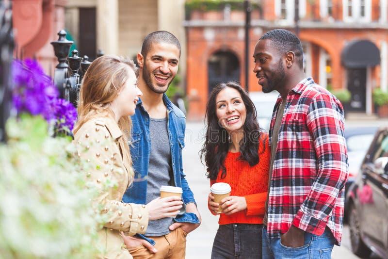 多种族小组朋友获得乐趣一起在伦敦 免版税库存照片