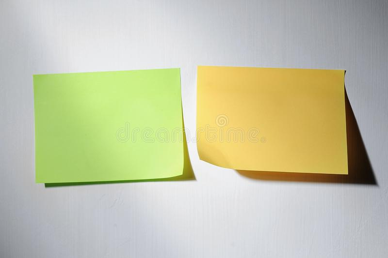 多种空白贴纸,贴纸纸,灰色隔离 库存图片