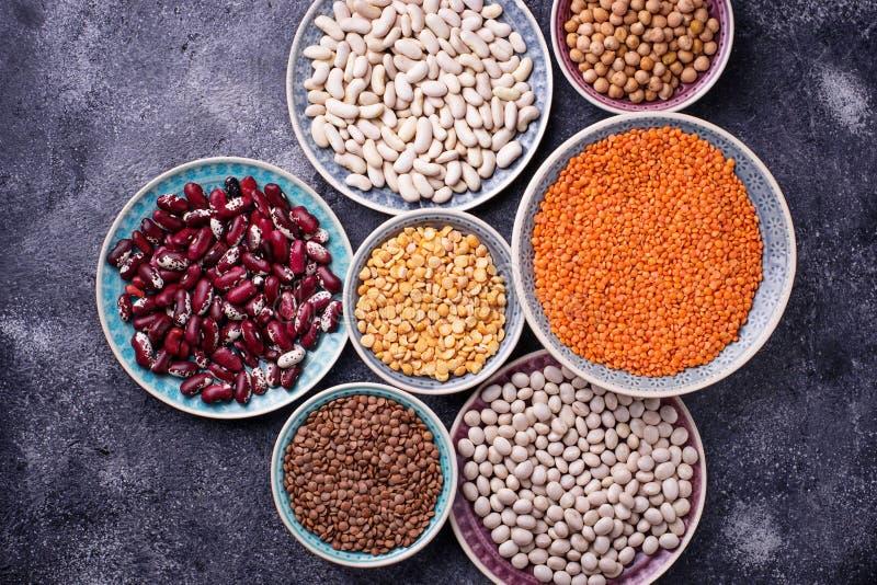 多种豆类 鸡豆,红色小扁豆,黑扁豆,黄色p 库存照片