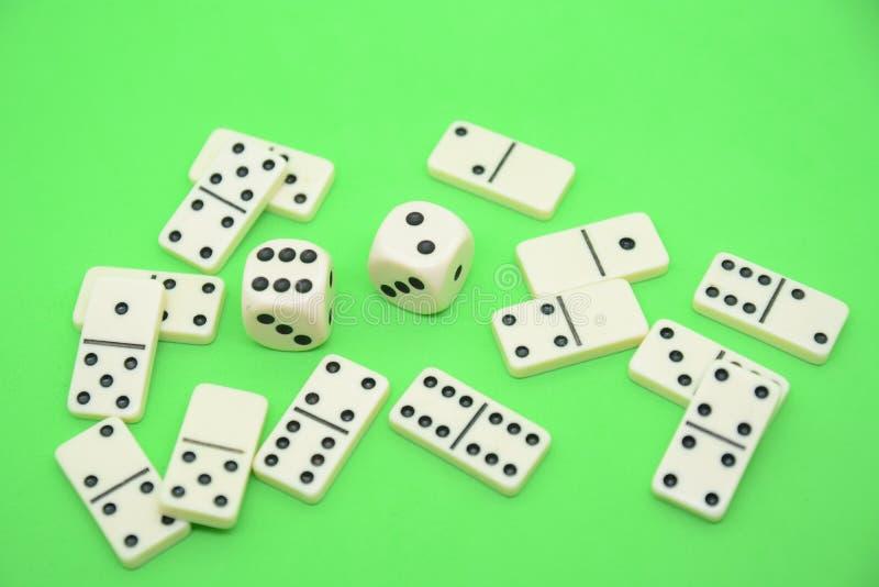 多米诺比赛在桌绿色fortun的赢得与数字小组对象的乐趣戏剧 库存照片