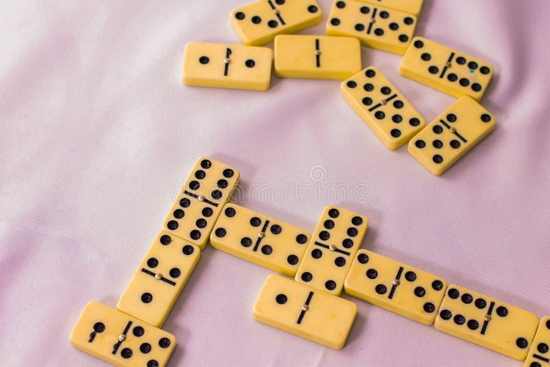 多米诺骨牌游戏有趣而令人兴奋 免版税库存照片