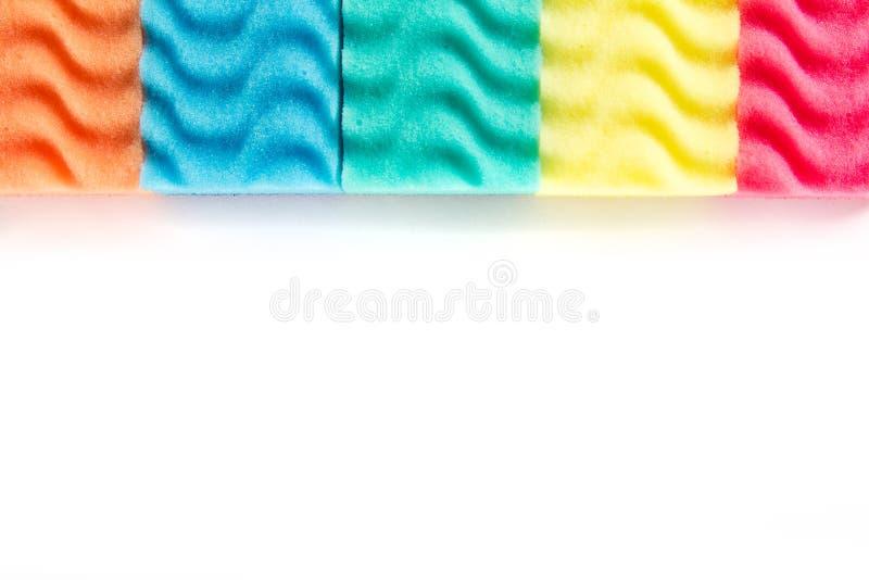 多色在白色背景隔绝的盘洗涤的海绵 库存照片