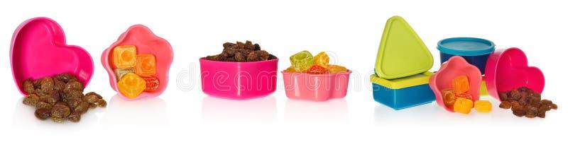 多色的厨房铸造用葡萄干和糖果 把闭合装箱以心脏、星、asquare和圈子的形式 免版税库存图片