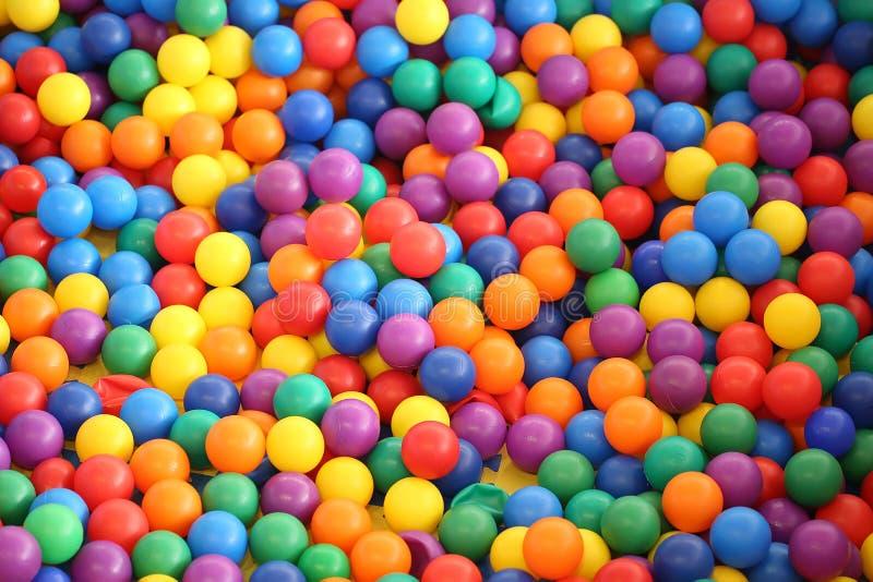 多色的明亮的塑料球 免版税库存图片