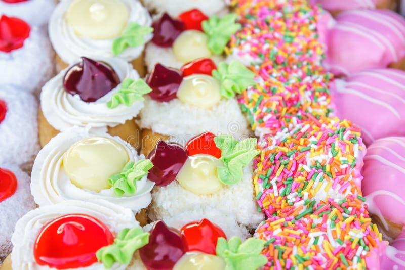 多色的油炸圈饼 库存图片