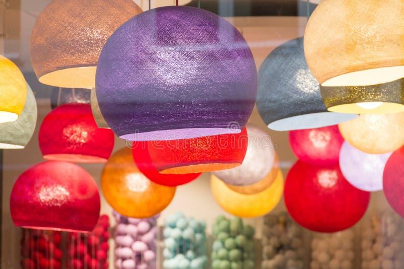 多色的被点燃的灯罩在商店 库存照片