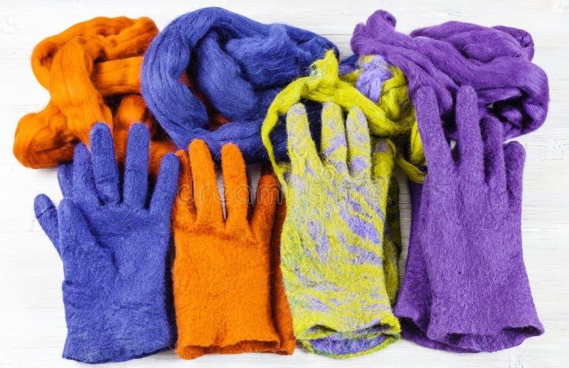 多色的felted手套和羊毛他们的 库存图片