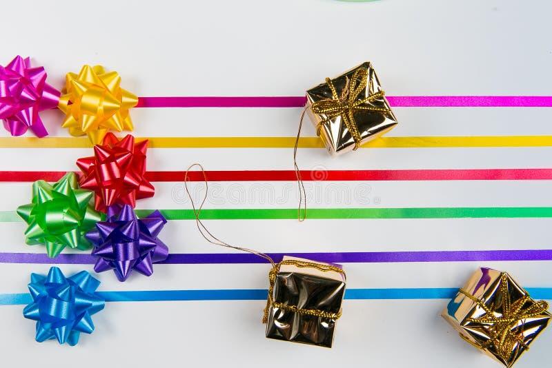 多色缎带包装一张顶视图鞠躬与配比的丝带 库存图片