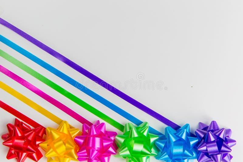 多色缎带包装鞠躬与创造性地被安置的配比的丝带backgrounder r 免版税库存照片