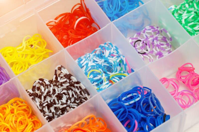 多色编织的彩虹织布机橡皮筋儿在箱子 库存图片